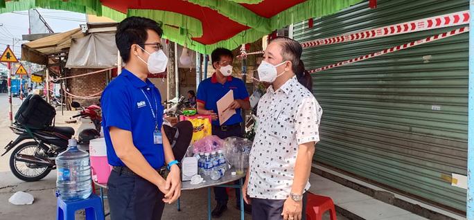 Báo Người Lao Động thăm và hỗ trợ chốt kiểm dịch ở quận 12, TP HCM