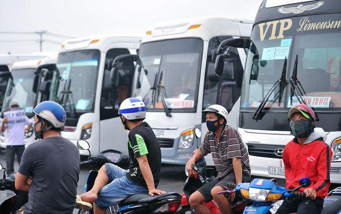 Nhiều công nhân, người lao động tại TP.HCM không còn thu nhập đang tìm mọi cách để trở về quê. Ảnh: Phạm Ngôn.