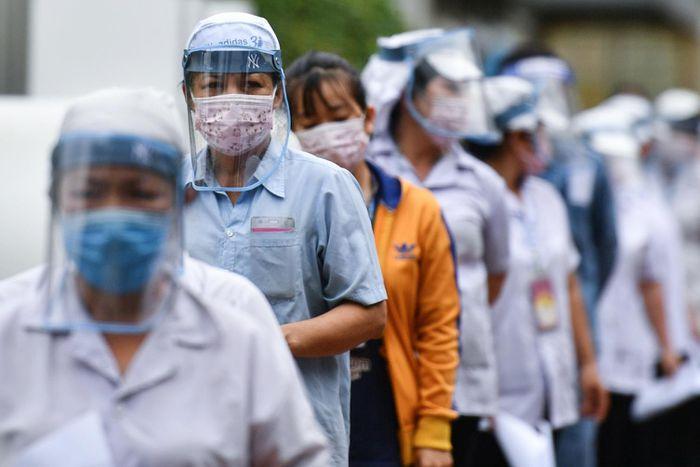 Các doanh nghiệp sản xuất kinh doanh tại TP.HCM và các tỉnh thành phía Nam đang tìm mọi cách để níu chân người lao động. Ảnh: Phạm Ngôn.